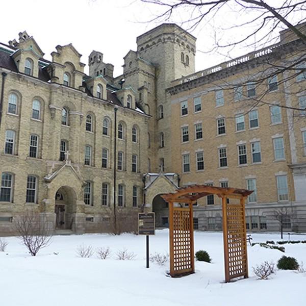 Notre Dame of Elm Grove und Maria Hall