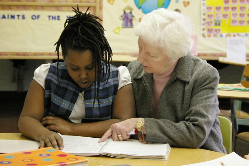 Schwester Luanne Boland unterrichtet eine Schülerin in St. Louis.
