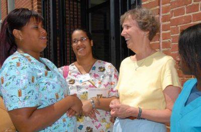 sestra Pat se pogovarja s študentkami zunaj centra.