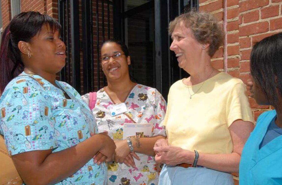 suor Pat parla con le studentesse all'ingresso del Centro.