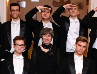 s. M. Andrea, v sredini, z nekaterimi fanti na maturantskem plesu