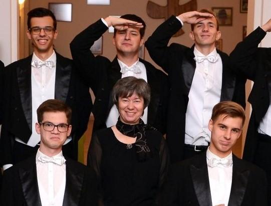S. M. Andrea, al centro, con diversi giovani al ballo di laurea.