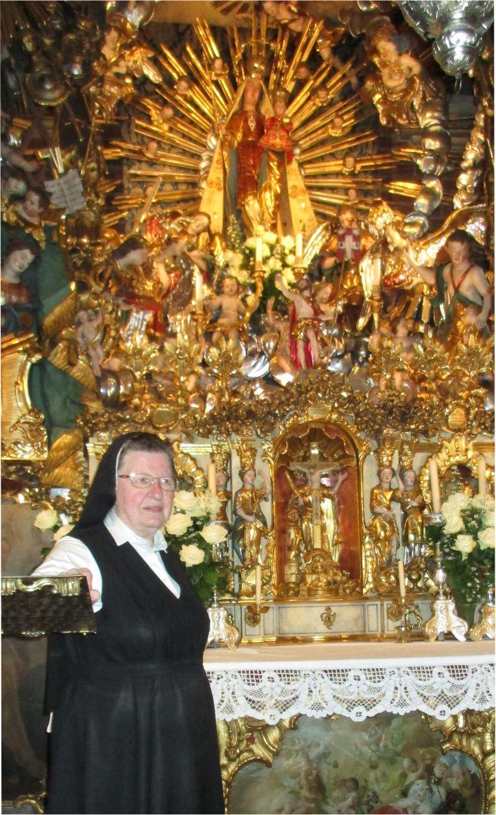 sestra M. Eresta razlaga kapelo