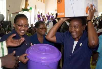 Župljani v župniji Likuyani so toplo sprejeli sestre Sarah, Judith in Petronella in jim dali darila za njihov dom.